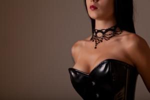 Oberkörper einer Frau mit Korsett