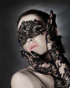 Frau mit erotisch filigraner Maske