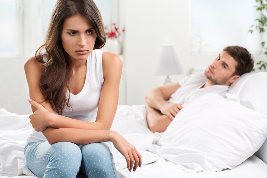 unglückliches junges Paar im Schlafzimmer
