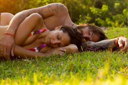 Paar auf Sommerwiese