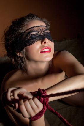 Schöne junge Frau gefesselt mit Augenbinde