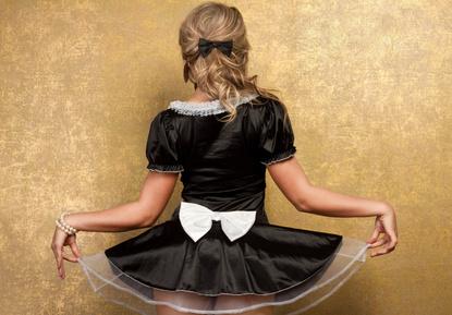 Frau in Dienstmädchen Kleid