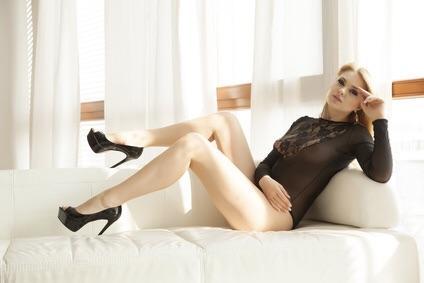 Attraktive Frau mit langen Beinen