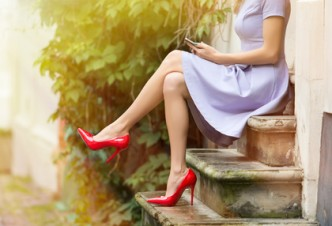 Attraktive Frau auf Stufen sitzend